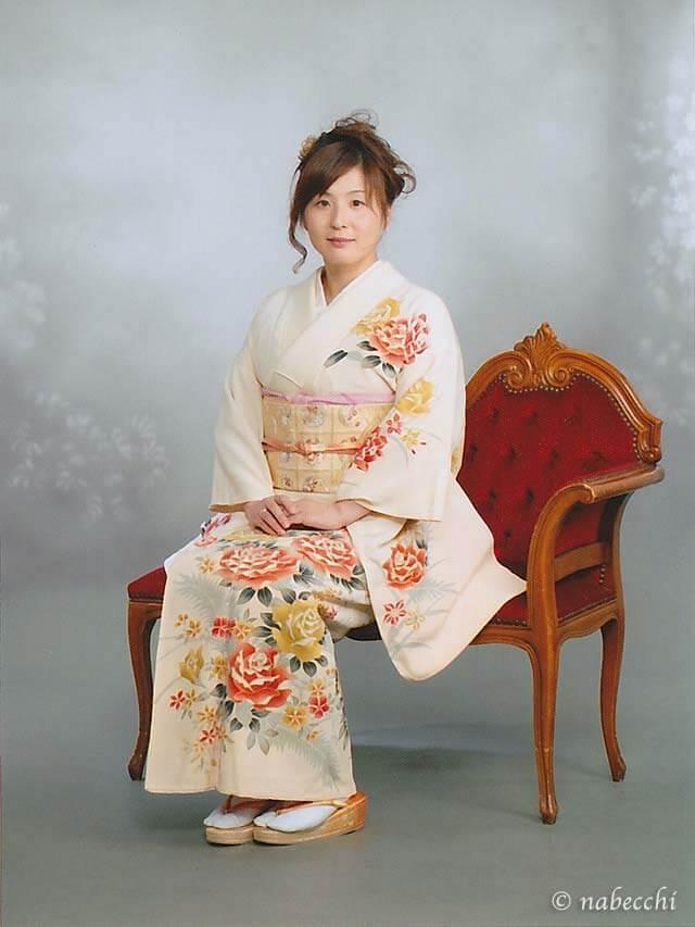 アンティークバラ柄着物 椅子に座って記念撮影