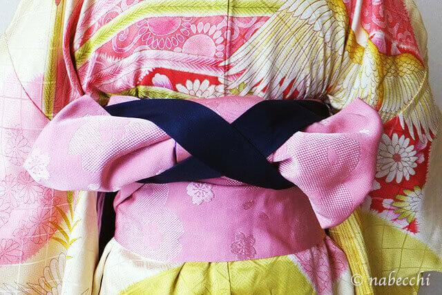女性用袴着せ付け 前紐を帯の結び目で交差