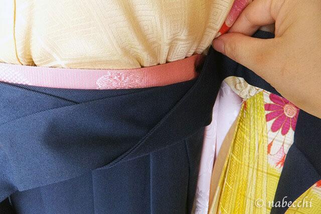 女性用袴着せ付け 前紐を左脇で交差