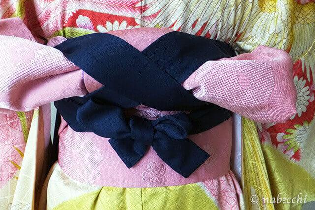 女性用袴着せ付け 前紐を帯の結び目の下で結ぶ