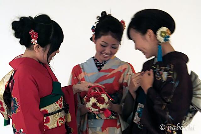 振り袖撮影 3人乙女おしゃべり中