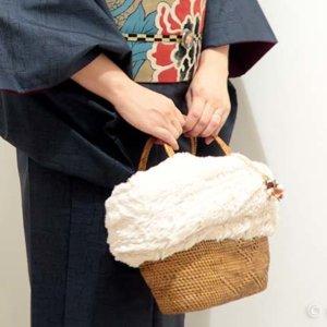 大島紬にアンティーク帯をあわせて。冬仕様のカゴバッグがアクセント