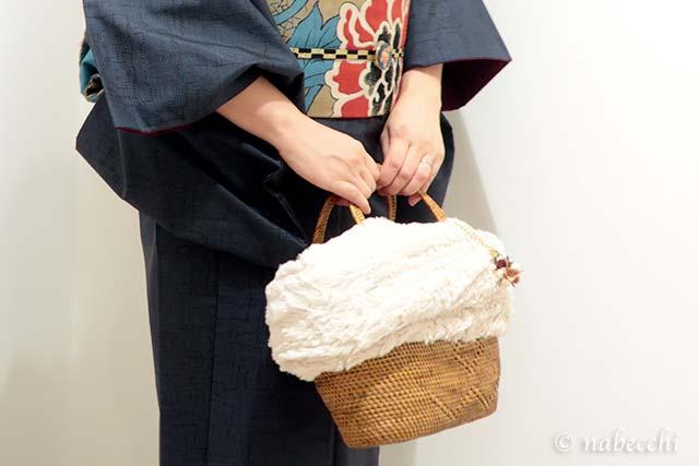 かごバッグ持って大島紬
