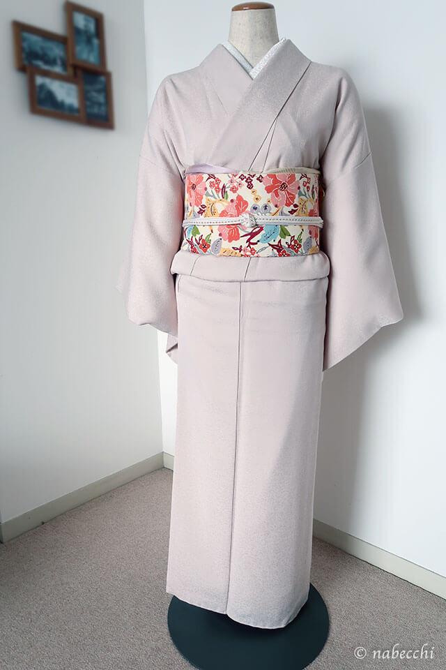 スィート系 紅型名古屋帯×薄ピンク色無地コーディネート 前姿