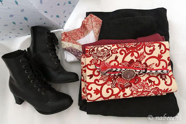 黒デニム着物に黒ブーツ、赤系の帯周りがアクセント