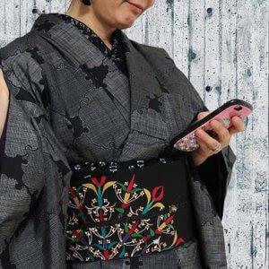 雪輪柄大島紬に黒地にカラフルな幾何学模様の塩瀬帯
