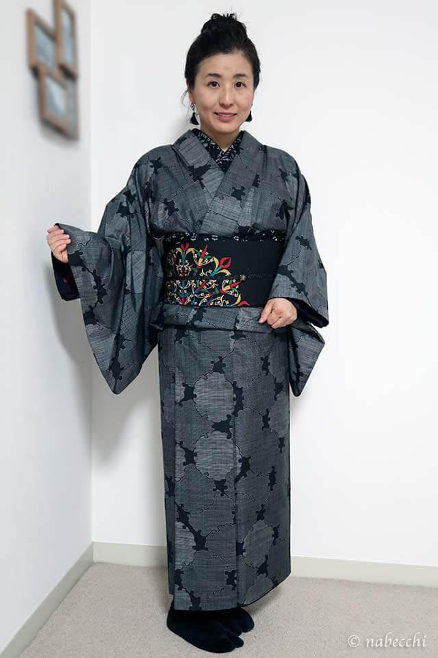 大島紬に黒染帯 黒半衿、黒帯揚げ、着物モノトーンコーディネート 前姿 40代