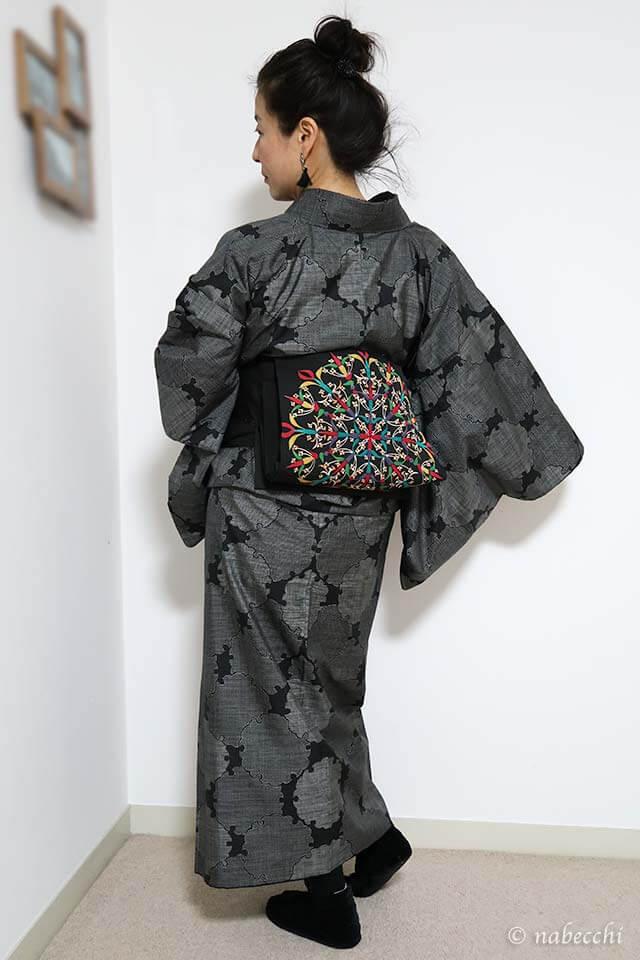 大島紬に黒染帯 着物モノトーンコーディネート 前姿 お団子ヘア 40代