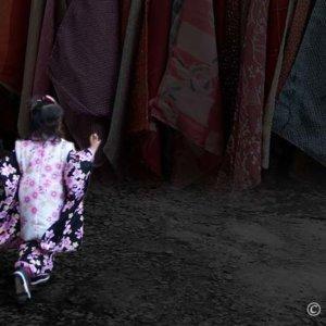 暗闇を走る着物姿の女の子