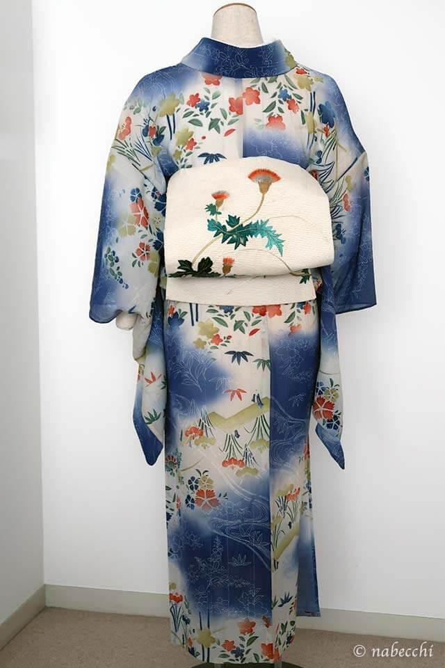 白地刺繍アザミ柄夏帯 × アンティーク夏着物 爽やかコーデ 後ろ姿