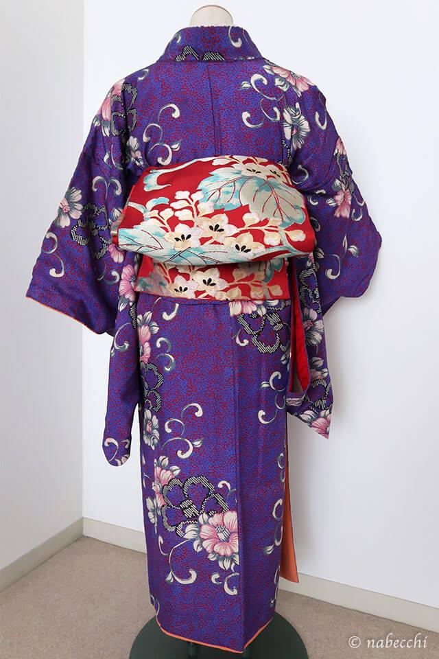赤に桐唐草柄の袋帯×アンティーク着物のコーディネート 後ろ姿