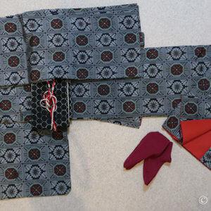赤が入る大島紬は難易度UP。黒にまとめたいけど赤追加でしっくり