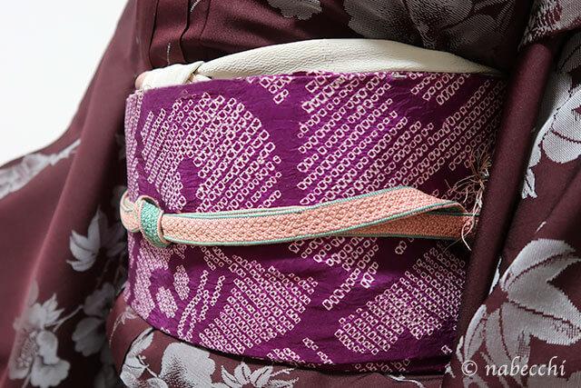 チョコ色着物に赤紫の絞り名古屋帯コーデ。グレーの帯揚げにピンクの帯締め