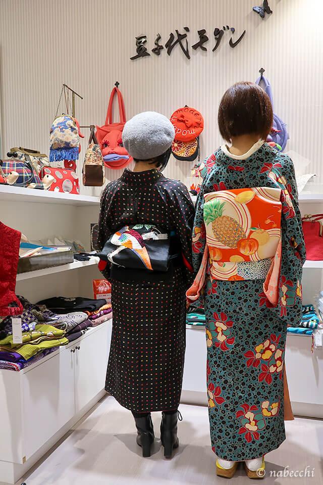豆千代モダンさんでアンティーク着物にアンティーク帯の後ろ姿、2ショット