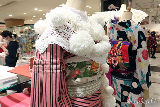 ぼんぼりが付いたケープにピンクの着物コーデ