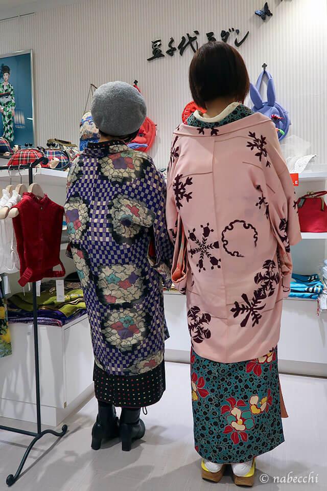 豆千代モダンさんでアンティーク着物に羽織の後ろ姿、2ショット