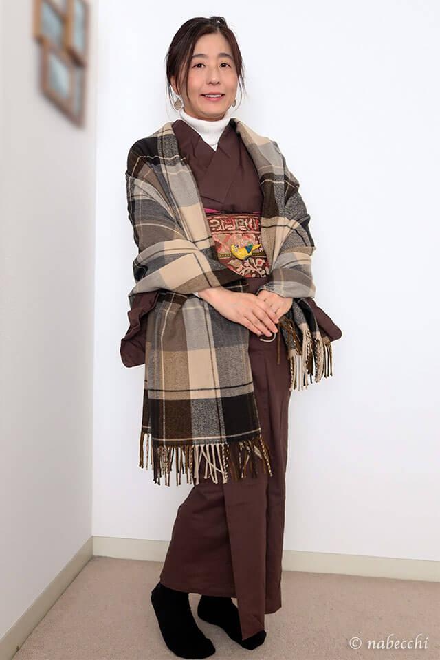 タートルネックセーターにチョコ色木綿着物×織り名古屋帯コーデ。チェックストールを羽織って。前姿