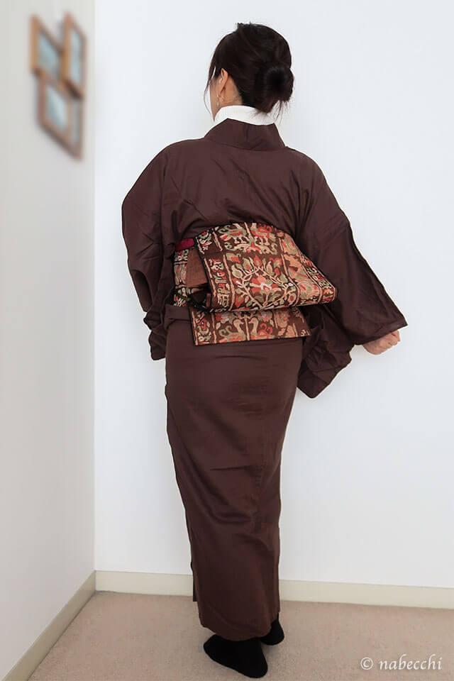 タートルネックセーターにチョコ色木綿着物×織り名古屋帯コーデ。チェックストールを羽織って。後ろ姿