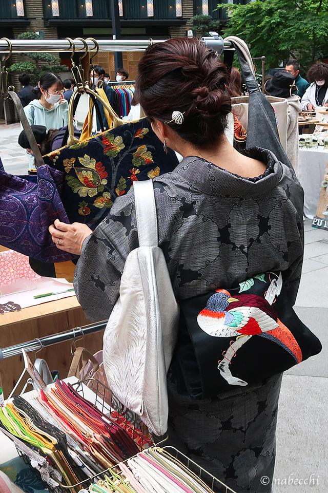 黒大島紬に黒刺繍帯