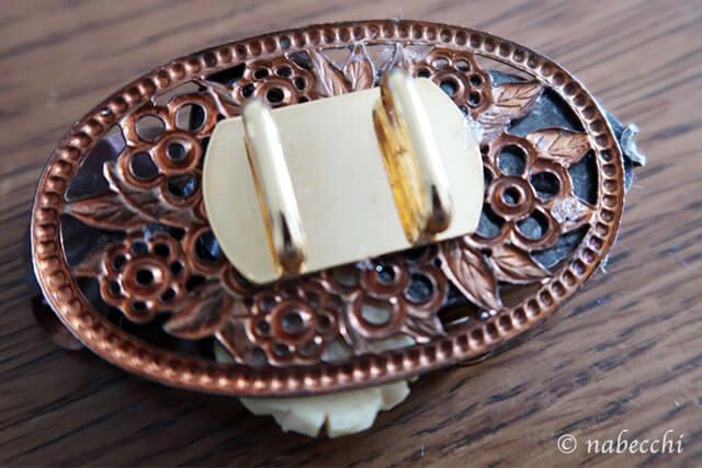 帯留め金具をブローチの裏にボンドで貼り付ける