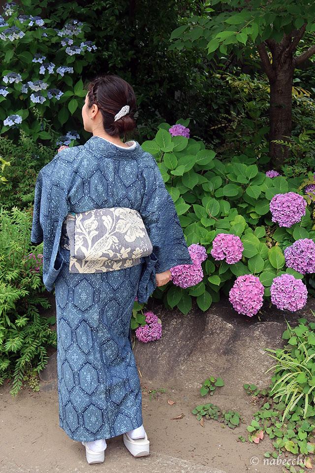 紫陽花に青×白の単衣着物コーデ 後ろ姿