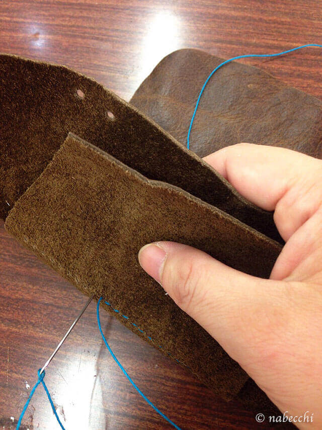 外側と仕切り部分の革を縫い合わせる