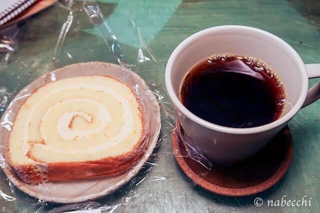 クリスマスにロールケーキとコーヒー