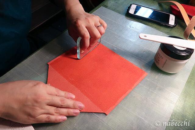 トコノールを塗ったトコ面をがラス板で磨く
