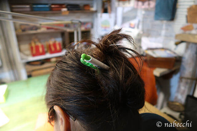 ペンで髪をアップ