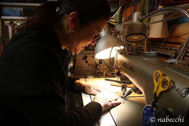 工業用ミシンでレザートートバッグのハンドルを縫う