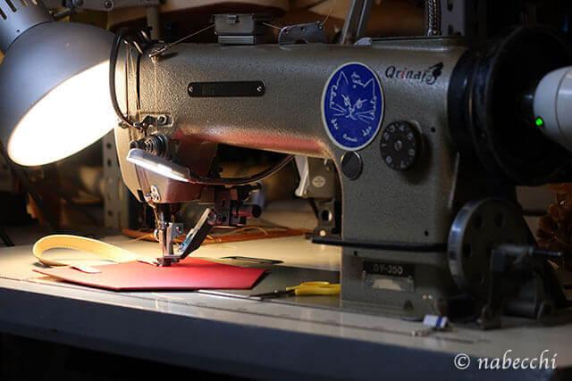 革を職業用ミシンで縫う