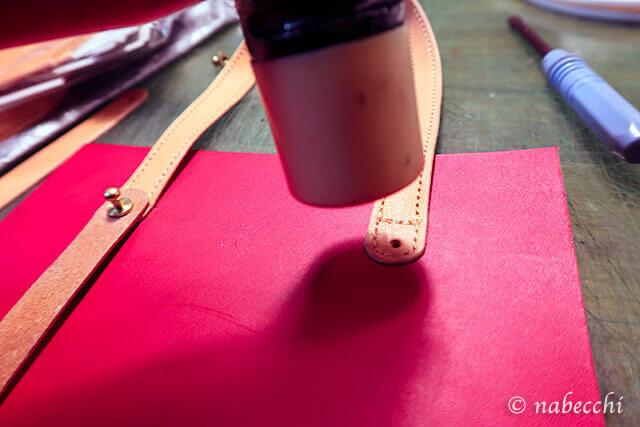 革が分厚くギボシが通らないのでハンマーで薄くする