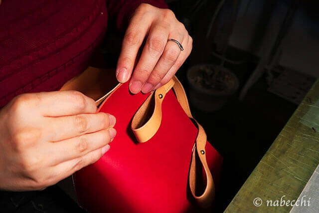 レザートートバッグの側面を強粘着ゴムのりで張り合わせる