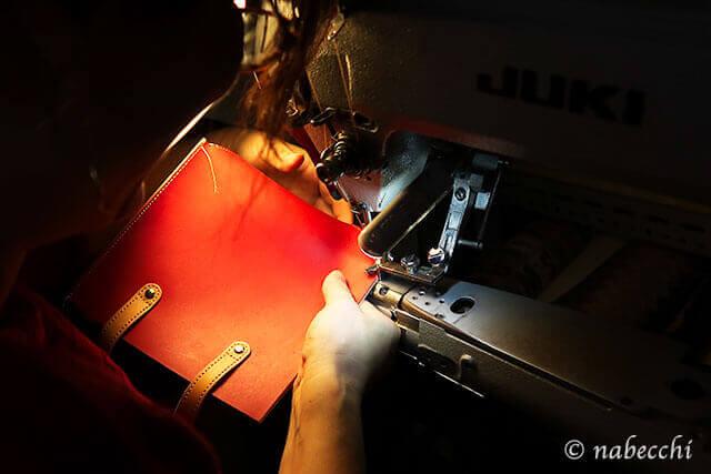 レザートートバッグの側面をミシンで縫い合わせる