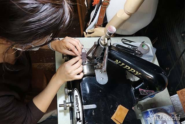 端革で革漉き機の練習