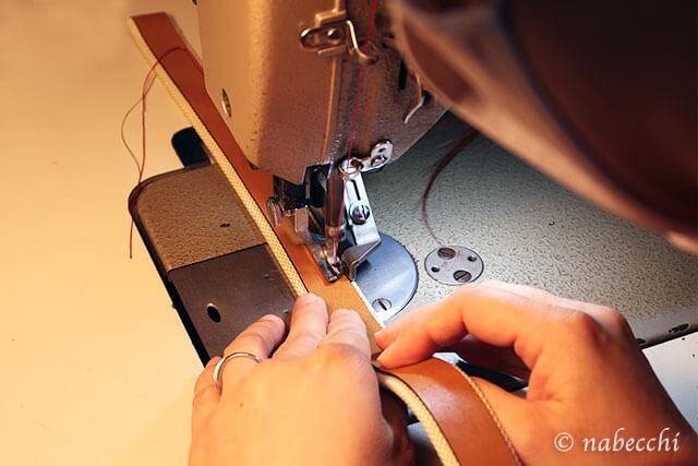 持ち手(ハンドル)に飾り革を縫い付ける