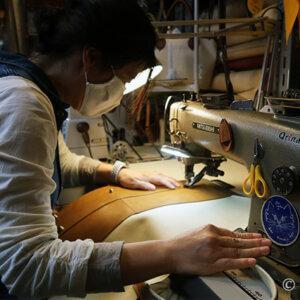 レザークラフト教室でA4トートバッグの底をミシンで縫いあわせる