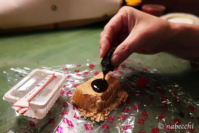 信玄餅に黒蜜をたらす