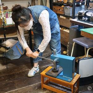 根革の型抜き&コバをバスコで着色 – ショルダーバッグ 教室26