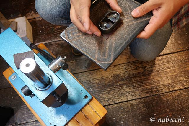 革に根革の抜き型を合わせる