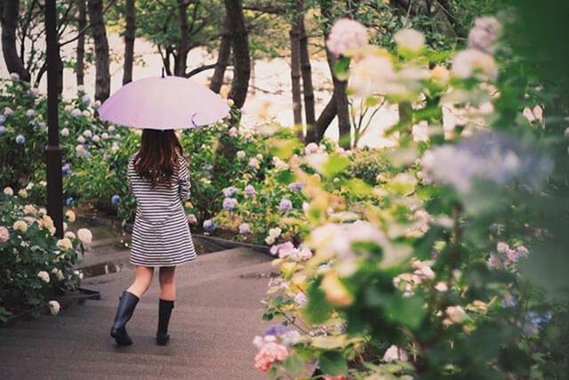 傘さした女の子