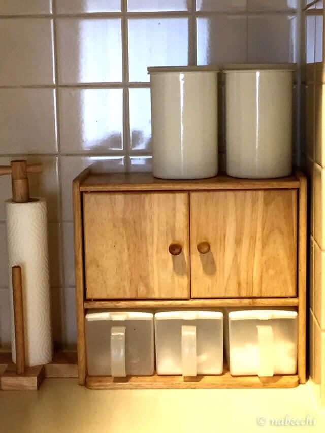 木製スパイスラックと琺瑯密封容器