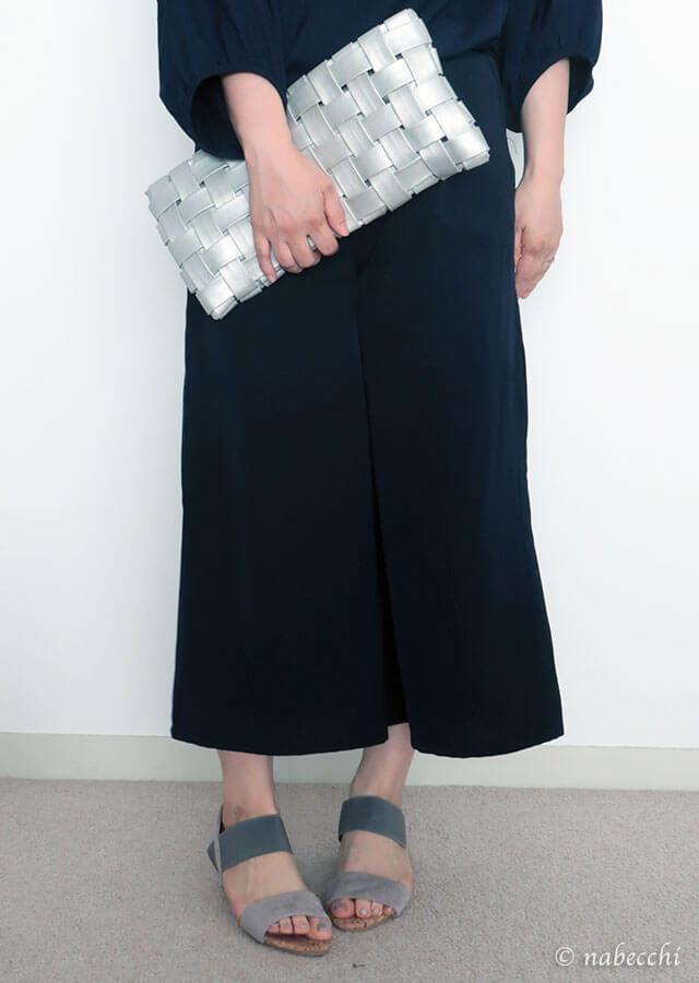 コルク巻きゴムストラップサンダルと紺スカーチョ