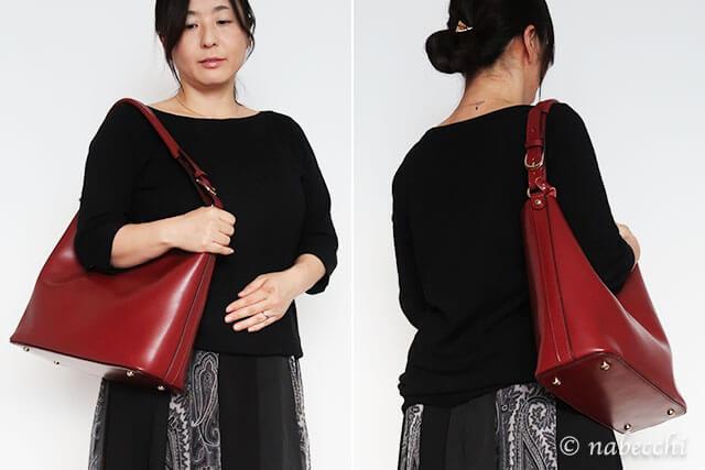 ワインカラー レザーショルダーバッグを持つ40代女性
