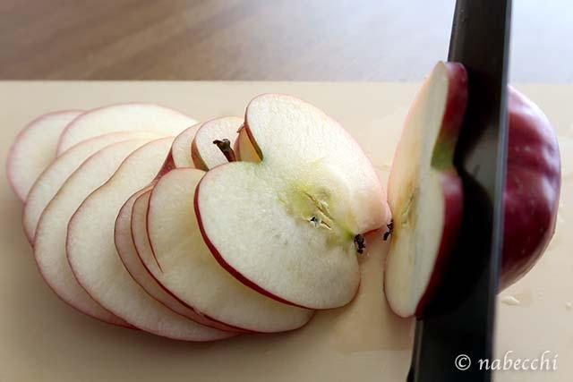 リンゴを厚さ2〜3mmにスライスする