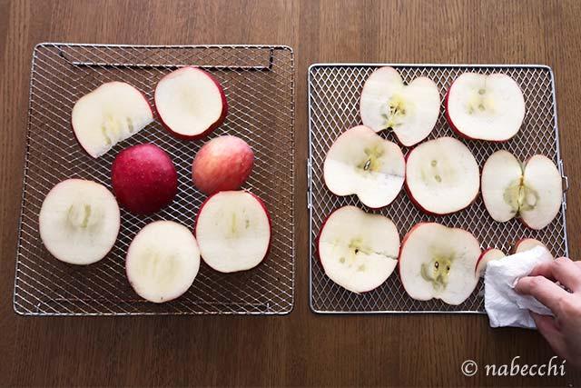 リンゴをTSF601低温コンベンションオーブンの網に並べる
