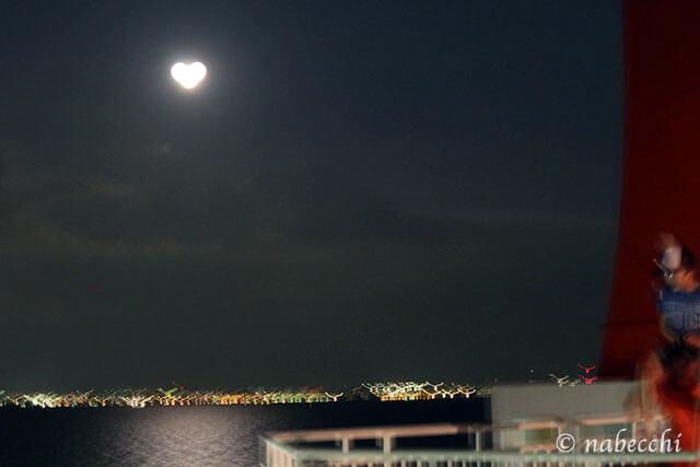 シャッターがブレてハート型の月