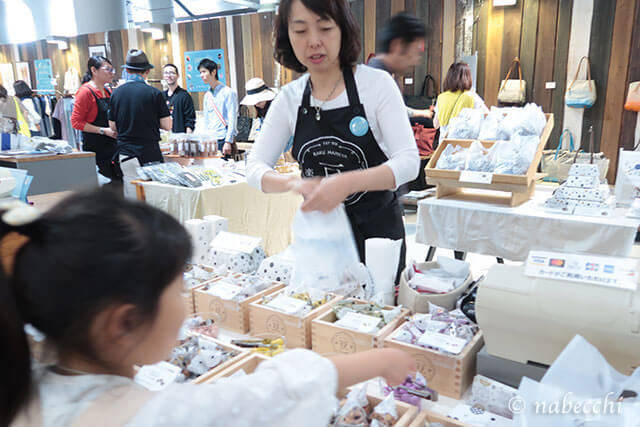 楽豆屋の豆菓子販売風景