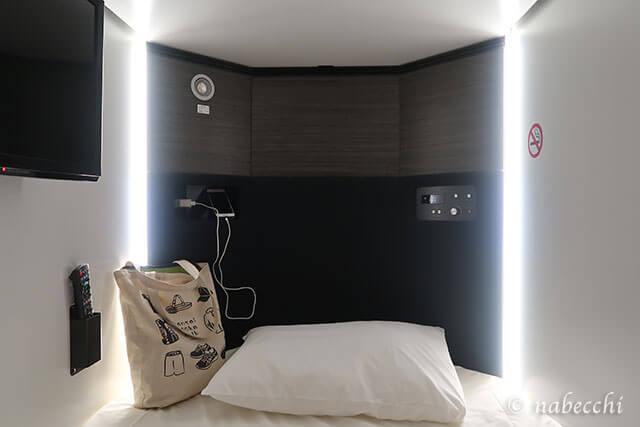 カプセル内 スマホ充電  カプセルホテル「お宿 Haru's」