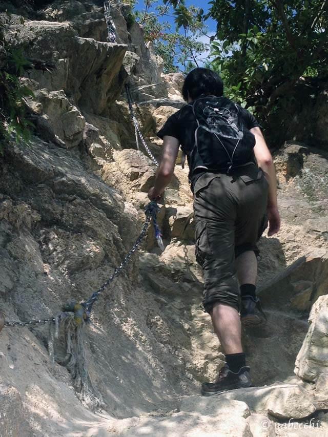 芦屋ロックガーデン 岩のチェーンでよじ登る